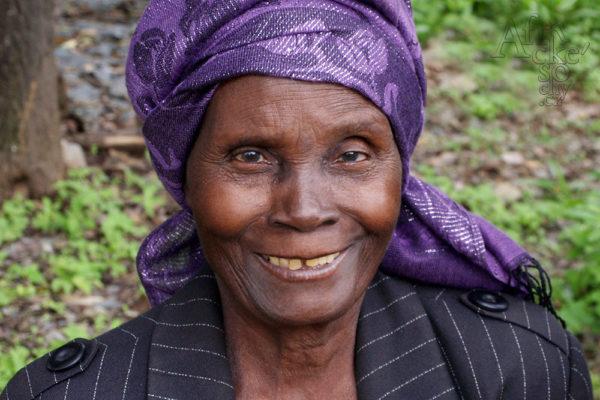 Bildhauerin Kilala Malola Tengenenge 2014