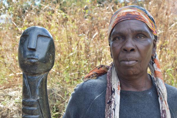 Bildhauerin Janet Manzi Tengenenge 2016