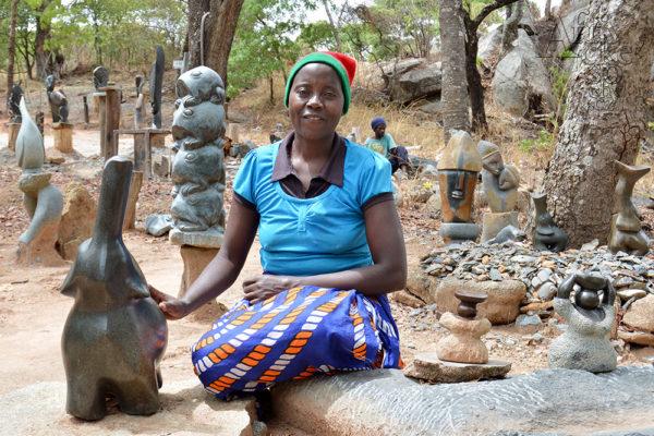 Bildhauerin Angasa Amali Tengenenge