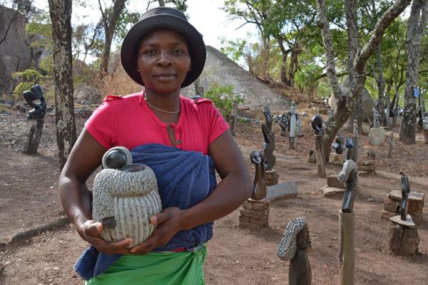 Bildhauerin Rumbidza Gomo Tengenenge 2017