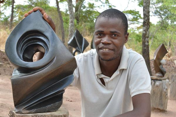 Bildhauer Virimai Ferenando Tengenenge