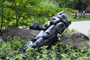 Afrikanische Skulpturen im Safaripark - der Autor der Skulptur ist der Bildhauer Nimrod Phiri
