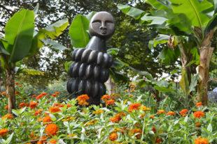 Afrikanische Steinskulpturen im Safaripark - der Autor der Skulptur ist der Bildhauer Sample Kafara