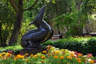 Afrikanische Steinskulpturen im Safaripark - der Autor der Skulptur ist der Bildhauer Uxorius Matemera