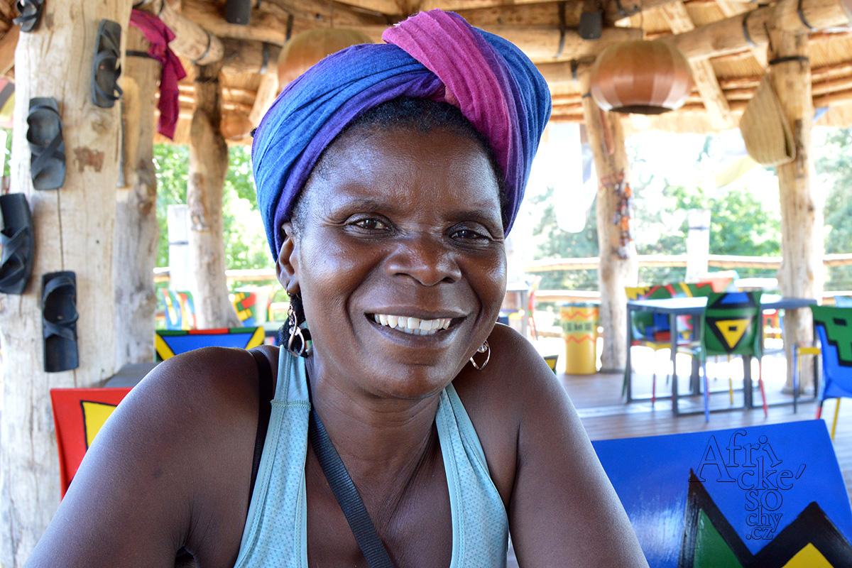 Bildhauerin Frau Maudy Muhoni aus Simbabwe