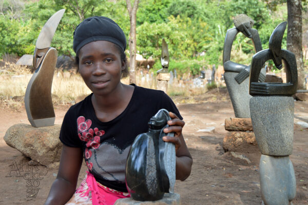 Bildhauerin Linah Bakari - Tengenenge 2017